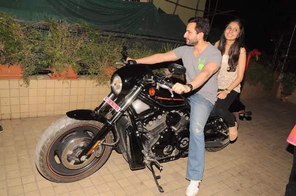 Agent Vinod obliges fans