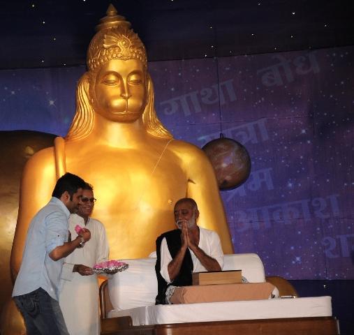Sunil Shetty listens to Murari Bapu's Katha at Nathdwara Festival 2 !