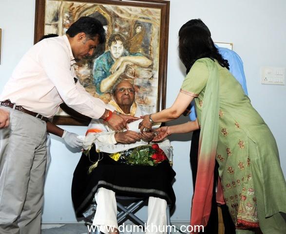 I&B Minister presents Dadasaheb Phalke Award to Pran at his Bandra residence
