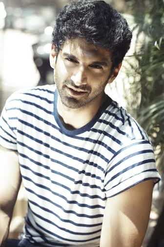 Female fans of Aditya Roy Kapur give him a warm welcome in Kashmir