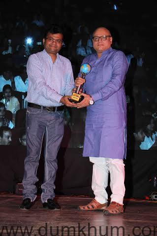 Aneel Murarka receiving award by ace actor Manoj Joshi