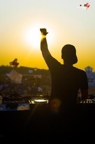 Blocking out the burning sun at Vh1 Supersonic 2015
