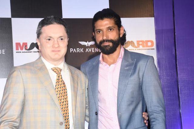 (L-R) Mr. Gautam Hari Singhania- Chairman & Managing Director Raymond Ltd. with Actor & Director Farhan Akhtar (2)