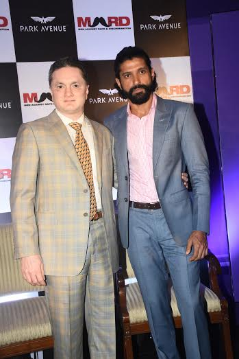 (L-R) Mr. Gautam Hari Singhania- Chairman & Managing Director Raymond Ltd. with Actor & Director Farhan Akhtar