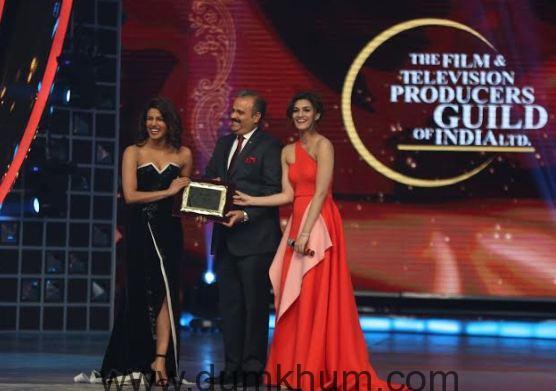 Mr. Sumit Swahaney,Country Managing Director & CEO, Renault India Operations with Kriti Sanon presents Global Honor Award to Priyanka Chopra-