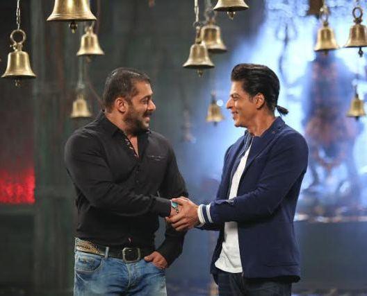 Salman and Shahrukh recreating Karan Arjun moment1