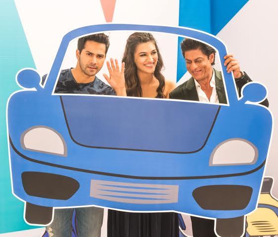 Varun Dhawan, Kriti Sanon and Shah Rukh Khan - car