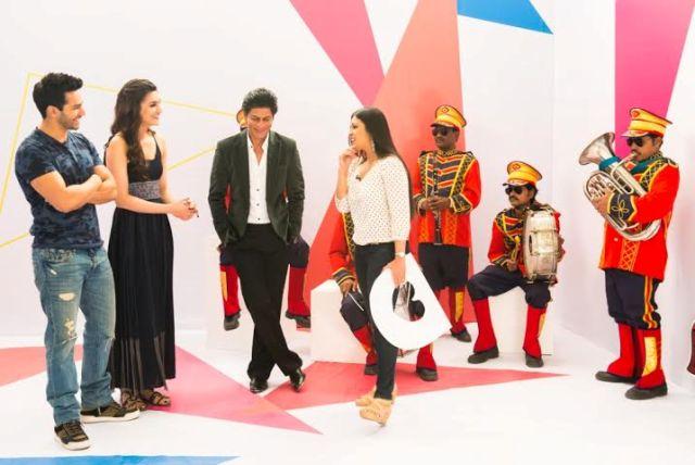 Varun Dhawan, Kriti Sanon and Shah Rukh Khan with Yaar Mera Superstar's host Garima Kumar