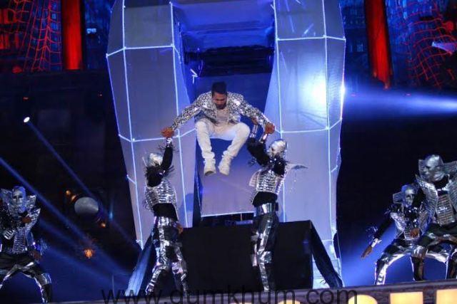 Varun Dhawan's spectacular and futuristic performace -