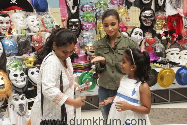 Alia Bhatt sells masks on Mission Sapne