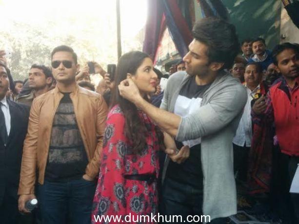 Aditya Roy Kapur and Katrina Kaif venture on a shopping spree at Delhi's Janpath Market.