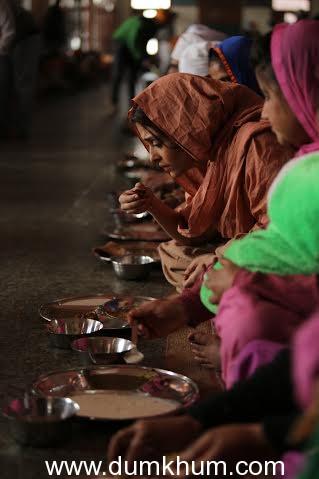 Aishwarya Rai Bachchan does seva at the Golden Temple-1