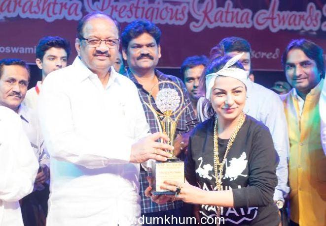 Hard Kaur receiving Maharashtra Ratna Award for her contribution in music Industry.