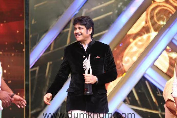 Nagarjuna wins an award at IIFA UTSAVAM 2016