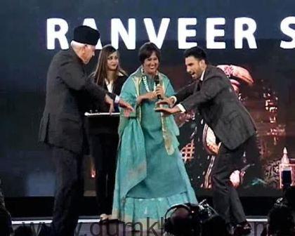 Ranveer Singh Recieving the award from Mr Farooq Abdullah