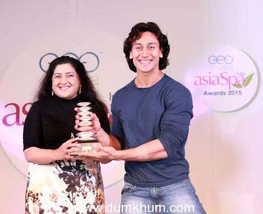 Tiger Shroff receiving GeoSpa asiaSpa Award from Niqi Kundi