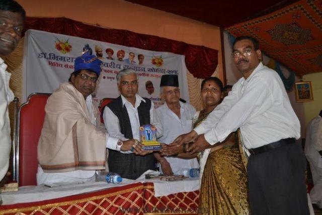 K Ravi was felicitated by Bhartiy Shetmajoor Sanghatana--