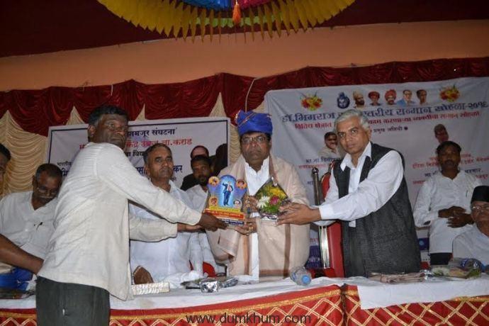 K Ravi was felicitated by Bhartiy Shetmajoor Sanghatana