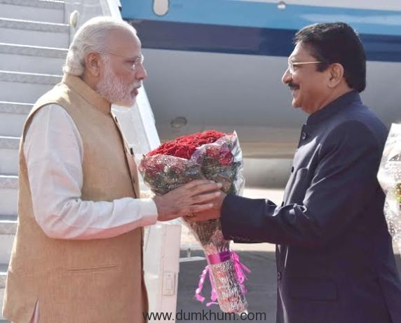 The Prime Minister, Shri Narendra Modi being welcomed by the Governor of Maharashtra, Shri C. Vidyasagar Rao, on his arrival in Mumbai on April 14, 2016.
