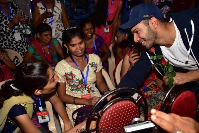 Varun Dhavan meeting blind girls a ... mir Mansuri evetn Blind Dreams