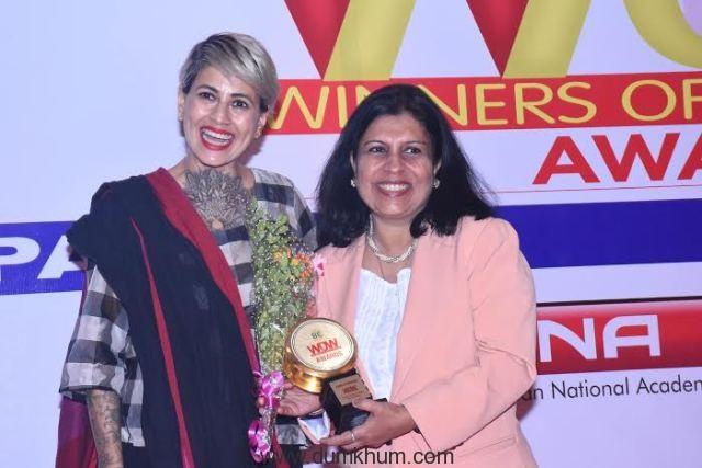 Sapna Bhavnani getting WOW award.