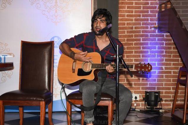 Sayed Rahi Umair performing