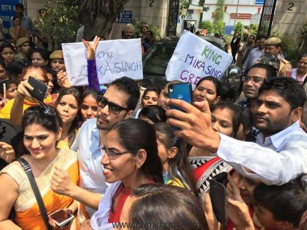 Singer Mika Singh with his fans -1