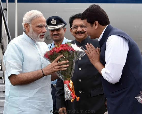 The Prime Minister, Shri Narendra Modi being welcomed by the Governor of Maharashtra, Shri C. Vidyasagar Rao and the Chief Minister of Maharashtra, Shri Devendra Fadnavis, on his arrival, in Pune on June 25, 2016.