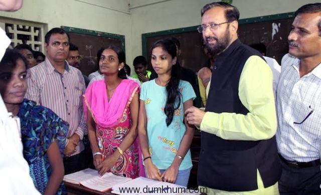 Union HRD Minister Shri Prakash Javadekar interacting with students of Goplakrishna Gokhale Night School in Dadar, Mumbai.  July 9, 2016 -