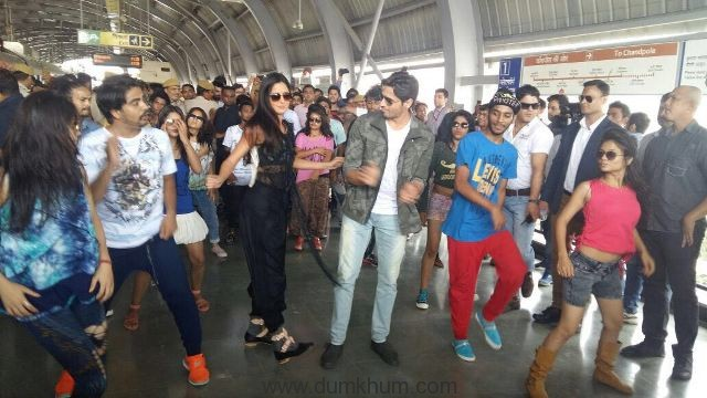 Sidharth and Katrina were up for a grand welcome at the Jaipur Metro Station. 1