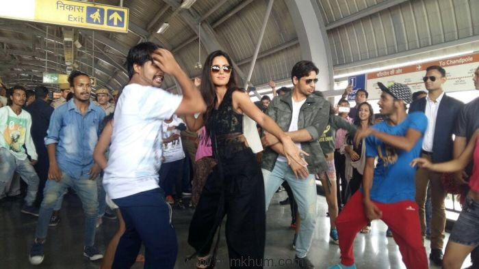 Sidharth and Katrina were up for a grand welcome at the Jaipur Metro Station. 2