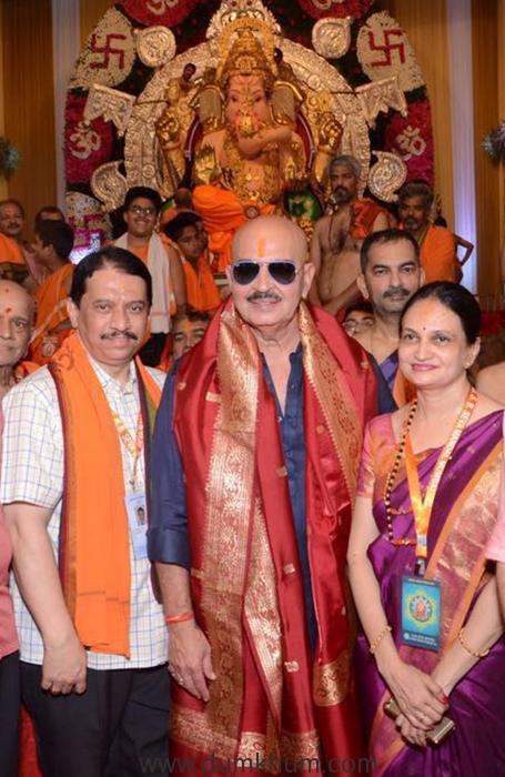 a-dapper-looking-rakesh-roshan-visits-kings-circle-ganpati