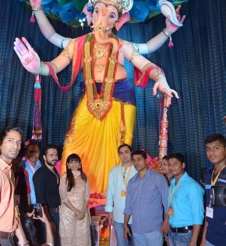 Emraan Hashmi and Wife Parveen Shahani at Mumbai Cha Raja