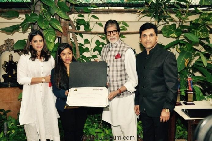 (L-R) Ms. Meghna Ghai Puri- President, WWI, Shraddha Thorat, student WWI, Mr. Amitabh Bachchan, Mr. Anand Pandit