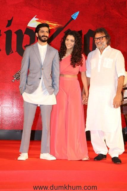 lead-pair-harshvardhan-kapoor-and-saiyami-kher-with-the-director-rakeysh