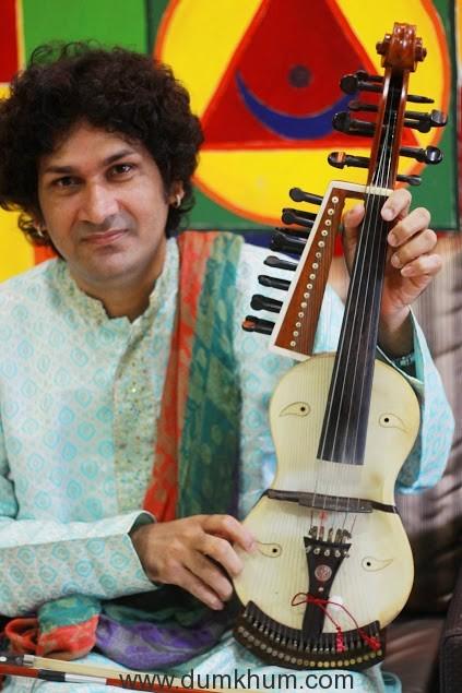 naviin-gandharv-performing-2