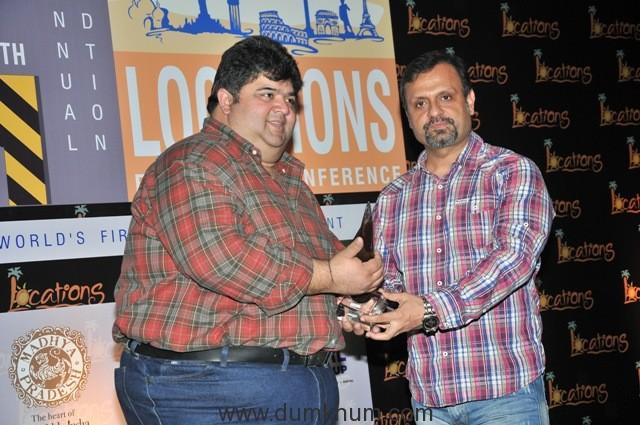 18-dj-sheizwood-receiving-award-from-rajat-rawail