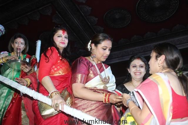 2-rani-mukherjee-during-visarjan-img_6463