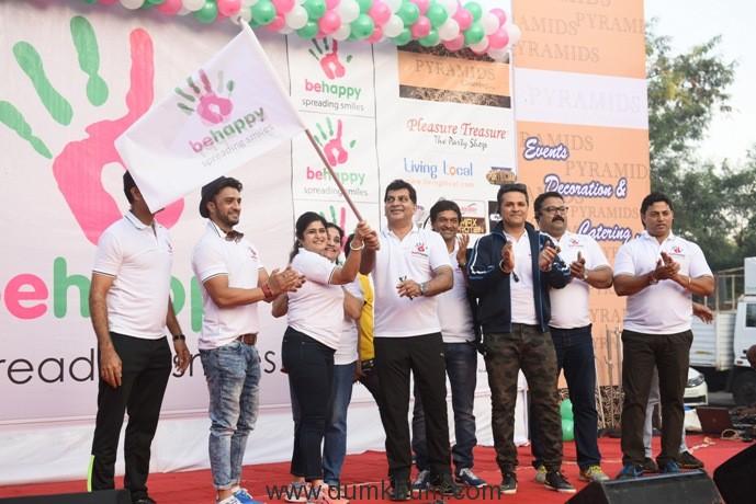 1-shalini-thackrey-seen-flagging-off-lokhandwala-festival