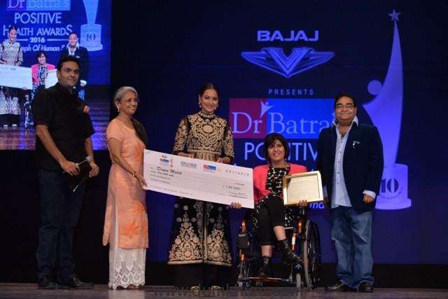 dr-akshay-batra-sonakshi-sinha-paralympics-silver-medalist-deepa-malik-and-dr-mukesh-batra-at-dr-batras-positive-health-awards-held-in-mumbai-on-23-nov-16