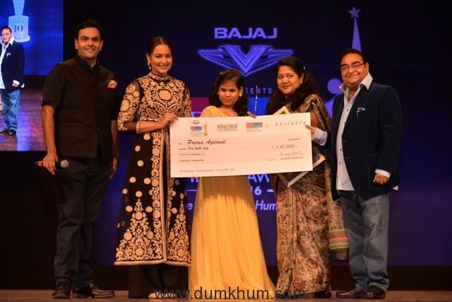 dr-akshay-batra-sonakshi-sinha-prerana-agarwal-with-her-mother-and-dr-mukesh-batra-at-dr-batras-positive-health-awards-held-in-mumbai-on-23-nov-16