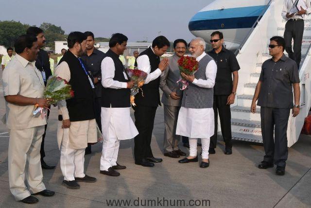 The Prime Minister, Shri Narendra Modi being welcomed by the Governor of Maharashtra, Shri C. Vidyasagar Rao and the Chief Minister of Maharashtra, Shri Devendra Fadnavis, on his arrival at Pune, in Maharashtra on November 13, 2016.