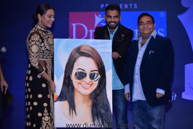 sonakshi-sinha-recieves-a-gift-from-disabled-artiste-dhaval-khatri-long-with-dr-mukesh-batra-at-dr-batras-positive-health-awards-held-in-mumbai-on-23-nov-16