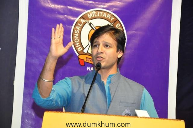 Vivek Oberoi's company Karrm Infrastructure employees help people outside banks by serving them water and snacks!