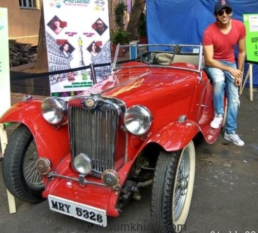 kartik-aaryan-and-ash-king-celebrate-mumbai-ballard-estate-festival