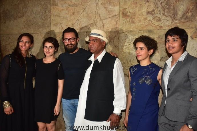 mahavir-singh-phogat-and-his-daughters-geeta-and-babita-phogat-along-with-other-family