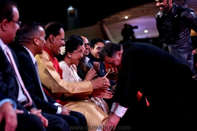 rishi-kapoors-moment-with-asha-bhosle-2