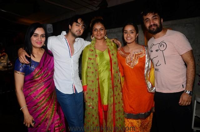 Padmini Kolhapure, Priyank, Tejaswini Kolhapure, Shraddha Kapoor and Siddhanth Kapoor