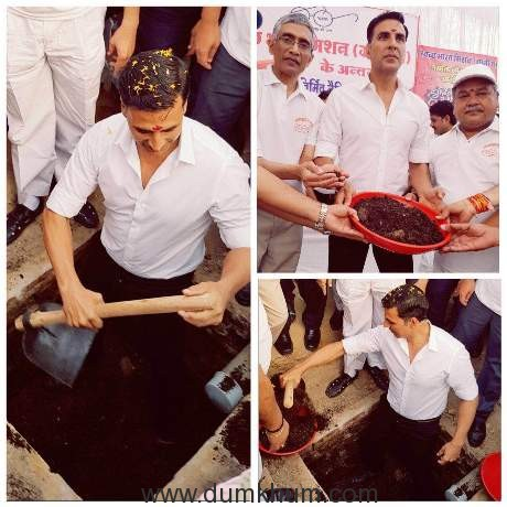 Akshay Kumar digging his first two pit toilet in khargibe district of MP, with minister Narendra Singh Tomar