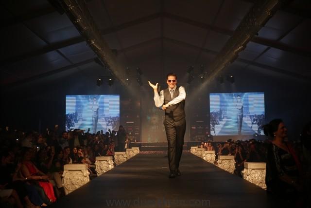Akshay Kumar walked the ramp for Leading Fashion Designer Ramesh Dembla-
